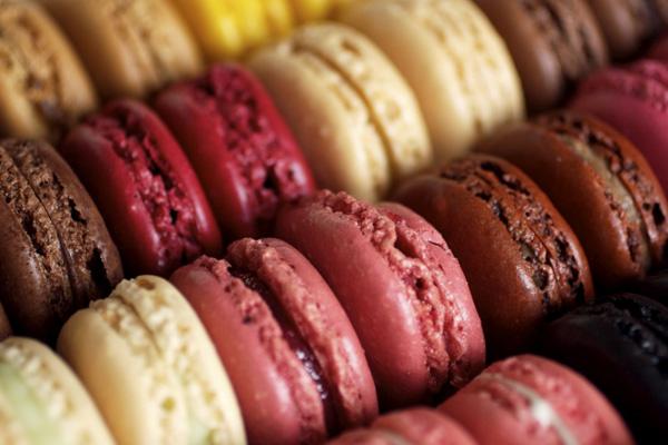 http://www.niksya.ru/wp-content/uploads/2011/04/laduree-macarons-paris-pic2.jpg
