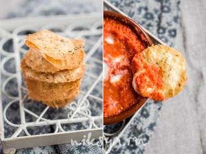 Запеченая моцарелла с томатным соусом и чипсами из лаваща