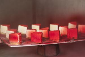 Пирожные, процесс покрытия велюром