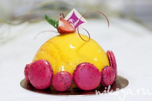 Пример декора торта среднего размера