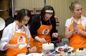 Студенты декорируют каждый свой торт