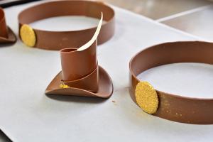 Работа с шоколадным декором