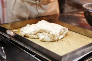Песочное тесто и будущий бисквит