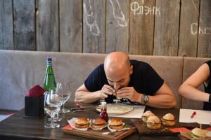 Пример дегустации десерта, как это делают голодные мужчины!