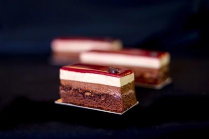 Кофейные пирожные: Шоколадный бисквит «Pain de genes»; Хрустящее пралине; Кремю с Бейлисом; Кофейный мусс; Глазурь с молочным шоколадом.