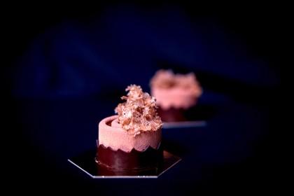 Пирожное Шартрез (chartreuse): Фисташковый крокант, Фисташковая мягкая карамель; Шоколадный мусс с козьим сыром; Декор — шоколадные элементы и бисквит «мох».