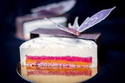 Торт «Бабочка»: клюквенный бисквит «дакуаз»; желе из персика, лайма и розмарина; бананово-клюквенное кремю; мусс с белым шоколадом и маскарпоне. Шоколадный декор.